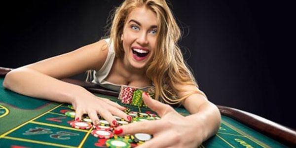 jugadora de ruleta casino con apuestas reales